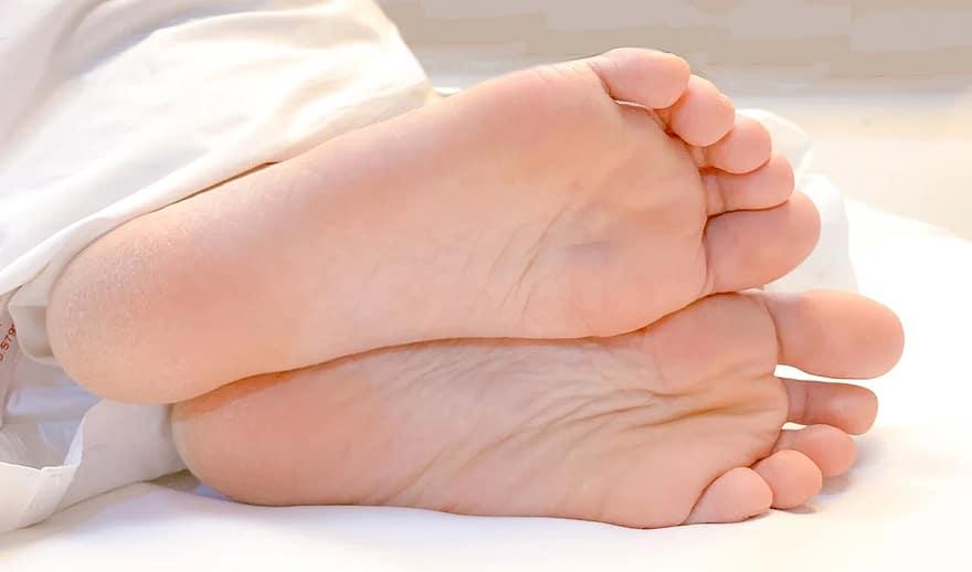 nedves lábujjak